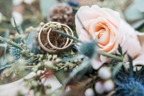Ringe liegen in einem Strauß