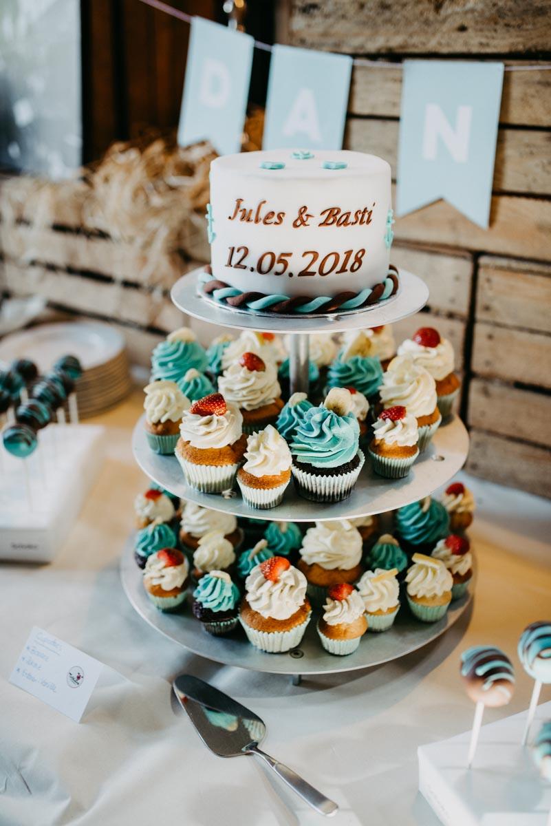 Hochzeitstorte über drei Etagen wovon zwei Etagen aus Muffins bestehen.