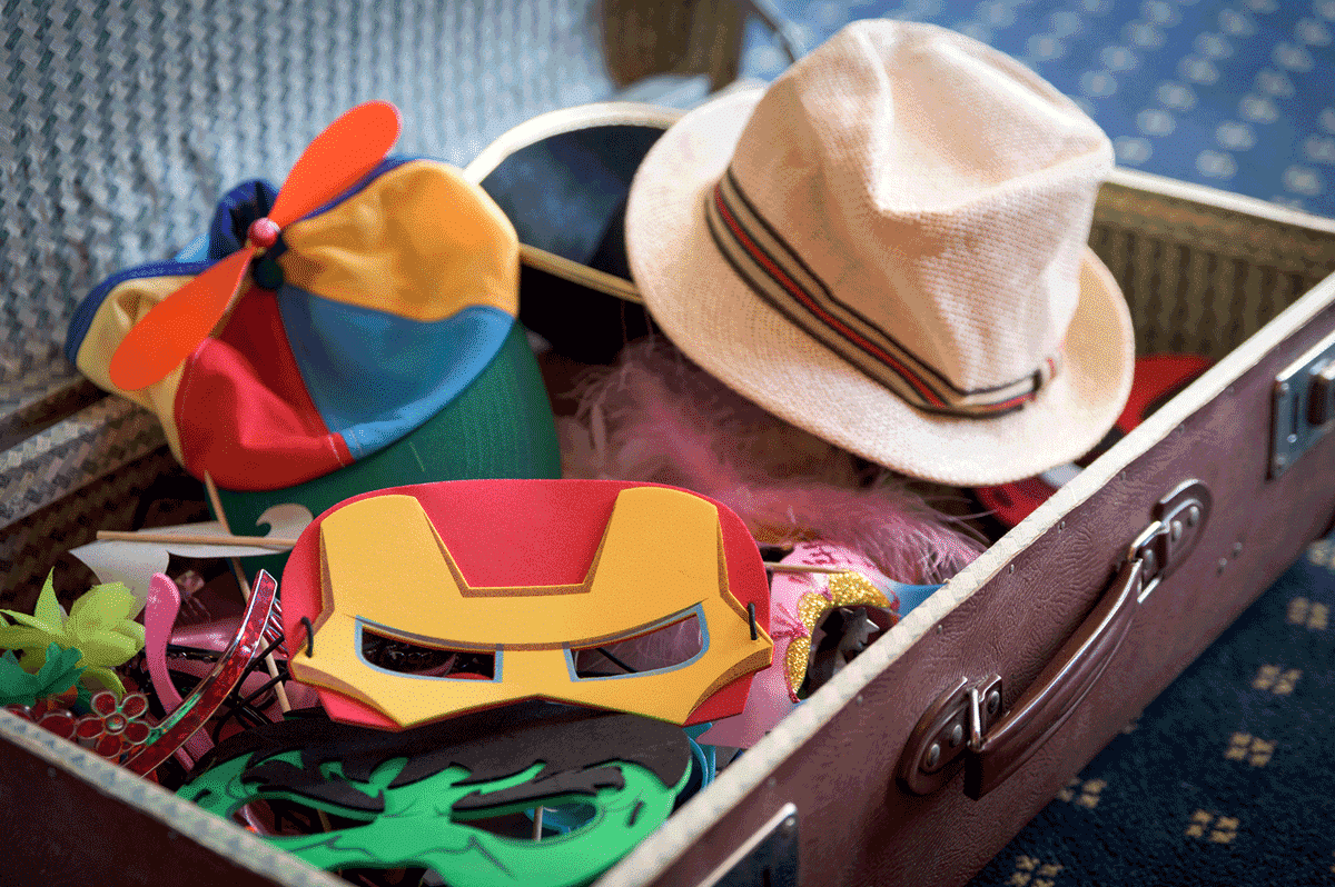 Ein Koffer voller lustiger Accessoires für den ganzen Abend.