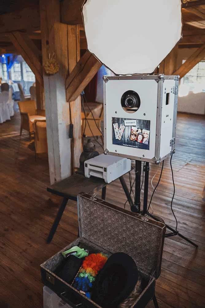 Fotobox mit sofortdruck und lustigen Accessoires auf einer Hochzeit