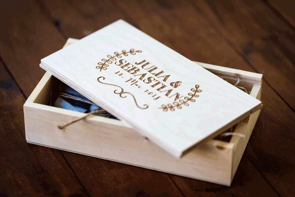 Holz Box mit Foto und USb Stick. Der Deckel ist personalisiert mit Namen und einem Bild.