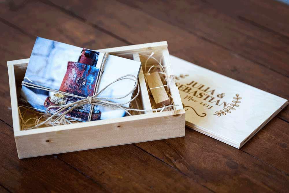 eine Holzbox für das Hochzeitspaar mit Bildern und einem USB Stick. Der Deckel ist personalisiert mit hilfe eines Lasers.